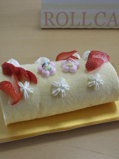 おひなまつり苺ロールケーキ2011_0303.JPG